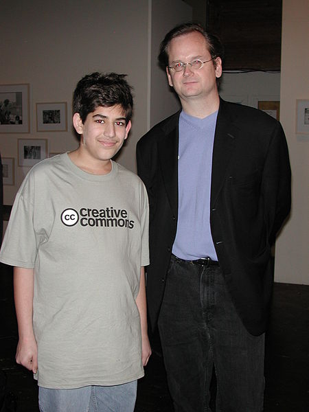 Aaron Swartz y Lawrence Lessig en el Creative Commons launch party en Diciembre del 2002.